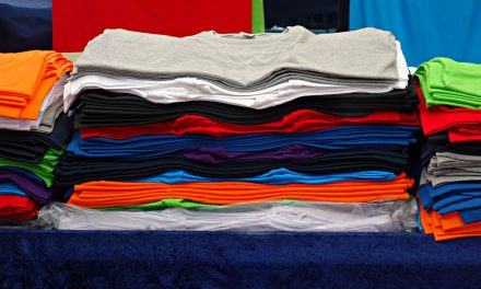 Como dobrar camiseta